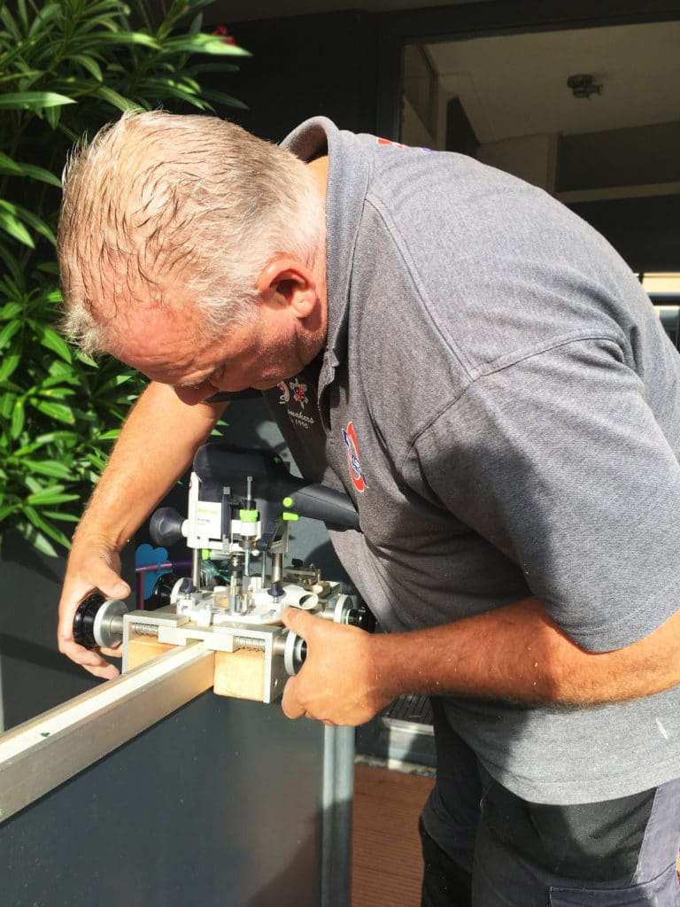 Slotenmaker Gerard aan het frezen meerpuntssluiting