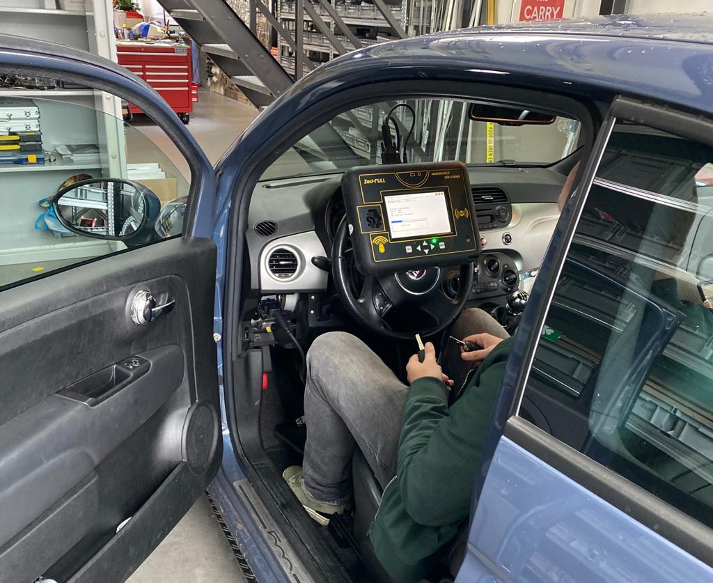Skoda-autosleutel-aan-het-bijmaken-in-auto